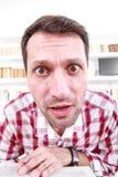 Fermez-vous du professeur à noix ou de l'étudiant confus et choqué avec Photographie stock libre de droits