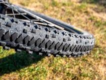Fermez-vous du profil de roue de vélo de montagne avec la saleté et le fond natrual images libres de droits