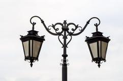 Fermez-vous du réverbère ornemental contre le ciel gris nuageux Photographie stock libre de droits