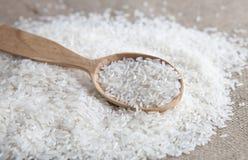 fermez-vous du riz dans une cuillère en bois Photographie stock
