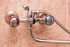 Fermez-vous du robinet moderne de chrome de salle de bains Photographie stock