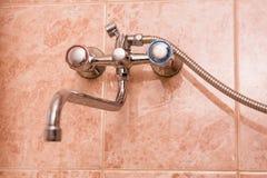 Fermez-vous du robinet moderne de chrome de salle de bains Images libres de droits