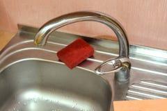 Fermez-vous du robinet moderne de cuisine Images libres de droits
