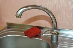 Fermez-vous du robinet moderne de cuisine Photo libre de droits