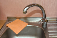 Fermez-vous du robinet moderne de cuisine Photo stock