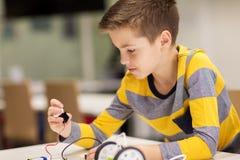 Fermez-vous du robot de bâtiment de garçon à l'école de robotique Image libre de droits