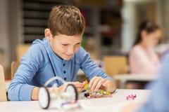 Fermez-vous du robot de bâtiment de garçon à l'école de robotique Photo libre de droits