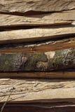Fermez-vous du rondin empilé, texture en bois Photos stock