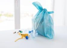 Fermez-vous du sac de déchets avec des déchets à la maison image stock