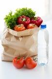 Fermez-vous du sac de papier avec de l'eau les légumes et Images libres de droits