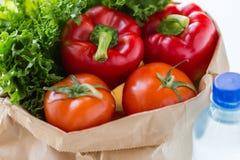 Fermez-vous du sac de papier avec de l'eau les légumes et Photo stock