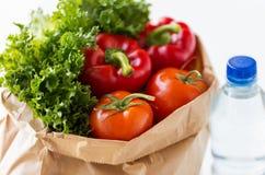 Fermez-vous du sac de papier avec de l'eau les légumes et Image libre de droits