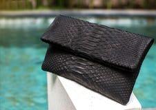 Fermez-vous du sac en cuir noir femelle élégant de python dehors Sac femelle cher de style à la mode et de luxe libre photographie stock