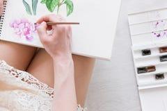 Fermez-vous du scketch d'aquarelle et remettez Photos stock
