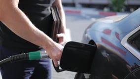Fermez-vous du service de station d'essence de pétrole - huilez le ravitaillement et le remplissage pour le concept de transport  banque de vidéos