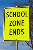 Fermez-vous du signe d'extrémités de zone d'école sur le fond de ciel avec l'arbre Photo libre de droits