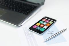 Fermez-vous du smartphone avec des icônes de menu sur l'écran Photo libre de droits