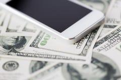 Fermez-vous du smartphone et de l'argent du dollar Photo stock