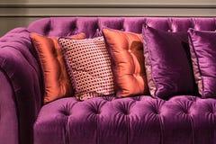 Fermez-vous du sofa et des coussins violets de velours Photographie stock libre de droits