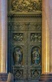 Fermez-vous du soulagement des saints sur les portes du saint Isaac& x27 ; cathédrale de s dans le St Petersbourg, Russie photo stock