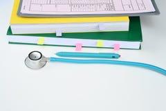 Fermez-vous du stéthoscope avec le carnet Images stock
