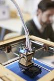 Fermez-vous du studio d'Operating In Design de l'imprimante 3D image libre de droits