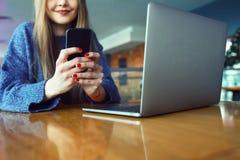 Fermez-vous du téléphone de cellules de participation de mains du ` s de femmes avec l'éboulis vide de l'espace de copie pour vot Photographie stock