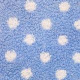 Fermez-vous du tapis bleu avec les points de polka blancs Photo stock