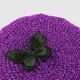 Fermez-vous du tapis d'endroit fait du crochet en soie de papillon en main Photos stock