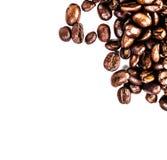 Fermez-vous du tas rôti de grains de café. Fond de grains de café Images stock