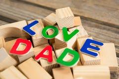 Fermez-vous du texte de papa d'amour avec les blocs en bois Photos stock