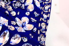 Fermez-vous du tissu bleu avec des paillettes et des fausses pierres Images libres de droits