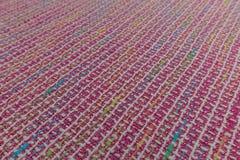 Fermez-vous du tissu brillamment coloré avec la texture de textile photo stock