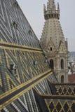 Fermez-vous du toit et du Steeple de la cathédrale de Stephansdom à partir de son dessus à Vienne photos stock