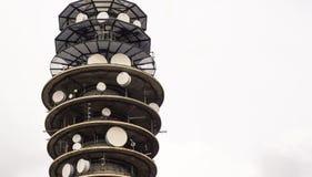 Fermez-vous du toit supérieur de tour de transmission par radio images stock