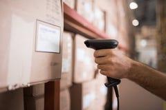 Fermez-vous du travailleur tenant le scanner dans l'entrepôt images libres de droits