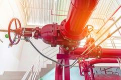 Fermez-vous du tuyau rouge du système de pompe à incendie photo stock