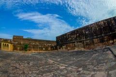 Fermez-vous du vieux mur avec une vue magnifique de la vieille structure du palais en Amber Fort, située à Amer, le Ràjasthàn Image stock
