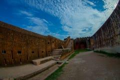 Fermez-vous du vieux mur avec une vue magnifique de la vieille structure du palais en Amber Fort, située à Amer, le Ràjasthàn Image libre de droits