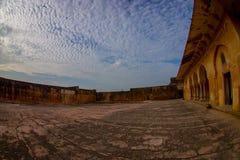 Fermez-vous du vieux mur avec une vue magnifique de la vieille structure du palais en Amber Fort, située à Amer, le Ràjasthàn Photo stock