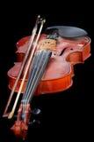 Fermez-vous du violon brillant sur la table en bois, images stock