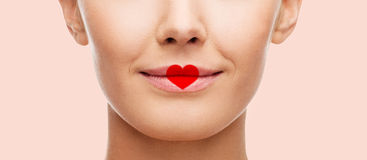 Fermez-vous du visage de femme avec la forme de coeur sur des lèvres Photo libre de droits