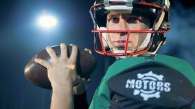 Fermez-vous du visage du joueur d'athlète de football américain qui est prêt pour jeter une boule banque de vidéos