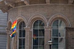 Fermez-vous du vol de drapeau de l'arc-en-ciel LGBT chez Pride Parade gai à Londres 2018 Photographié en dehors de l'hôtel de Lan photos libres de droits