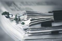 fermez-vous extreamly vers le haut de l'empilement du document de travail de bureau avec le dossier de trombone photos stock