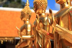Fermez-vous, groupe Bouddha d'or photos libres de droits