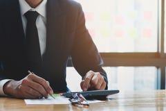 Fermez-vous, homme d'affaires ou comptable d'avocat travaillant sur des comptes photographie stock