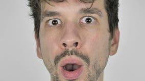 Fermez-vous jeune du visage occasionnel choqué et se demandant d'homme clips vidéos