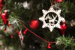 Fermez-vous jusqu'à la décoration d'arbre de Noël Image stock