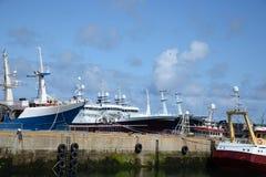 Fermez-vous jusqu'aux bateaux de pêche industrielle Images stock